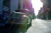 Oldtimer in der Stadt - Kuba - Fotograf: Lukas Mathis (CC BY-SA 2.0)